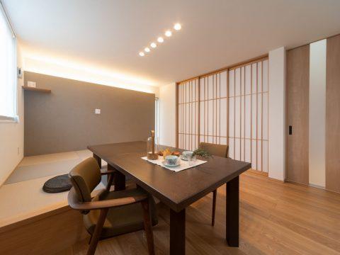 タタミリビングで寛ぐ平屋のような2階建ての住まい